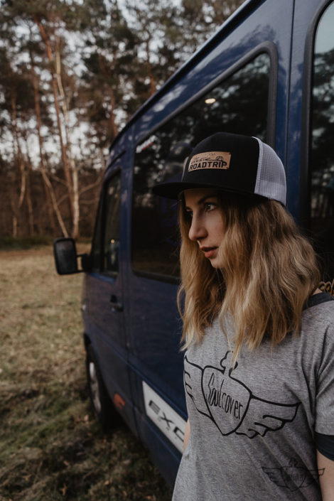 Lets-go-to-a-roadtrip-Trucker-Cap-Mesh-Snapback-verganes-Lederemblem-Gravur-Veredelung-Schwarz-Weiss-Bus-VW-Camper