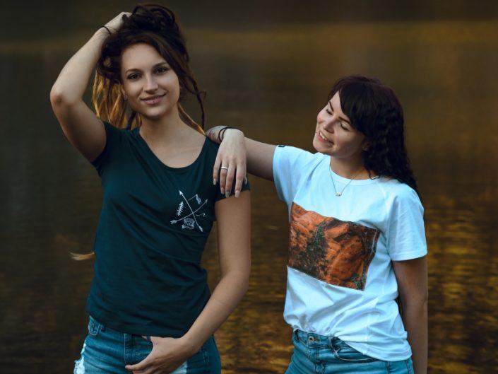 Adventure Kollektion, Adventure Awaits Shirt, Canyon Shirt, Reise T-Shirt, Weltenbummler T-Shirt, Weltreise T-Shirt, Faire T-Shirts, Nachhaltige T-Shirts, Bio-Baumwolle, Bio-Baumwolle T-Shirt