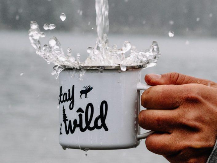 Die Tasse aus emailliertem Stahl ein Must have auf jedem Roadtrip. Silberner Rand - Farbe Weiß und mit dem Stay Wild Design bedruckt. MADE IN GERMANY