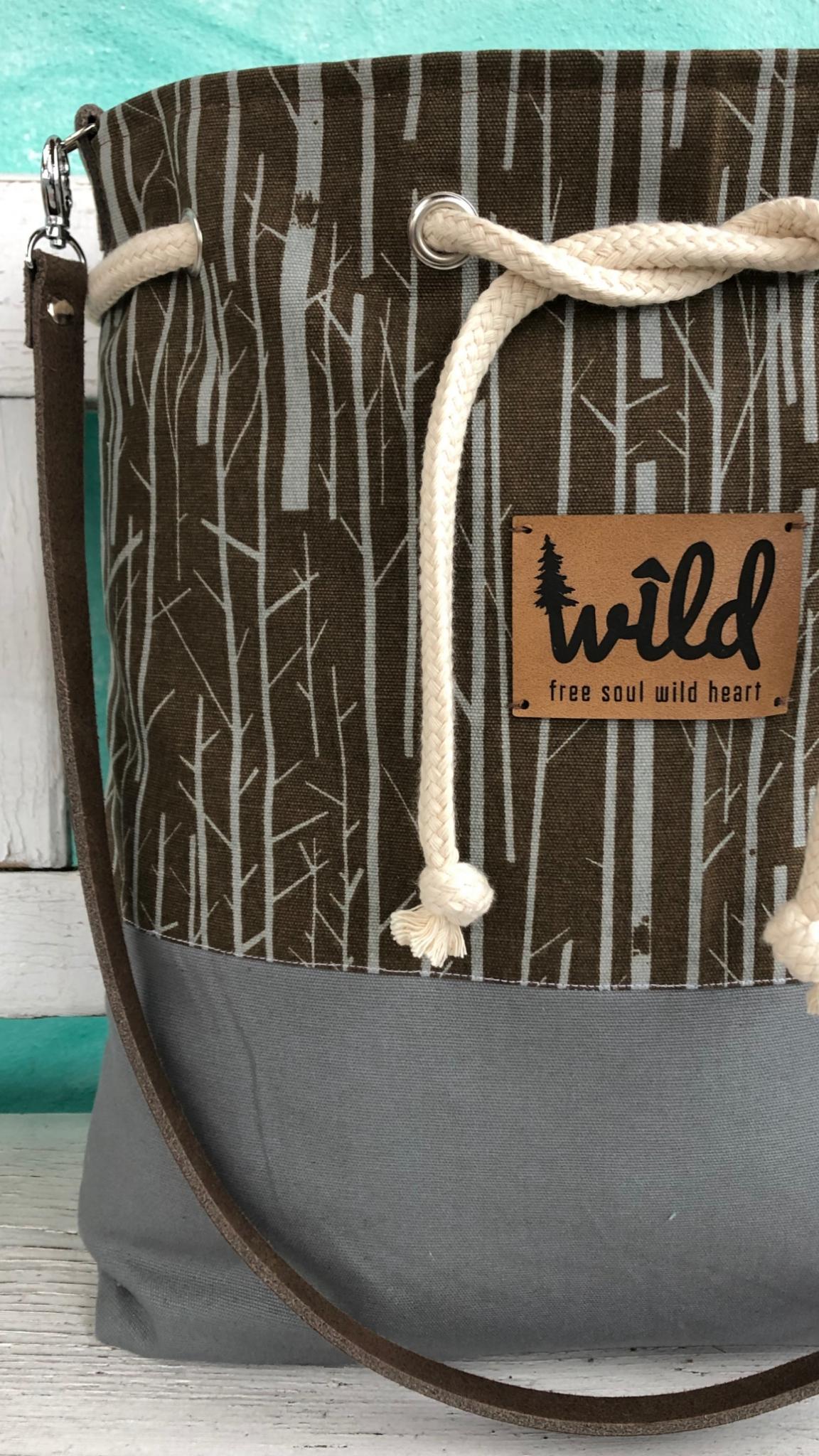 Schultertasche mit kordelzug Wild veganes Leder grau Biobaumwoll Baum Muster Lederemblem