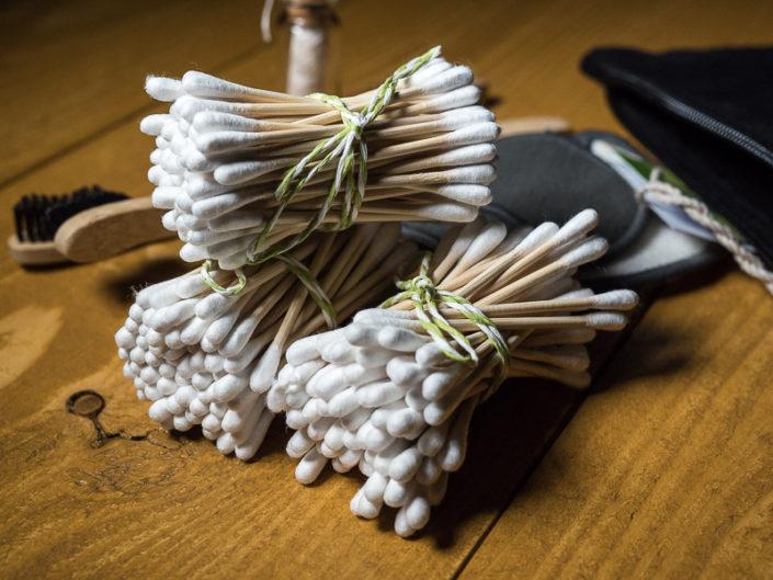 """Fair-Reisen-Package - Fair Reisetasche aus Bio Baumwolle mit Siebdruck Wattestäbchen aus Bambus und Baumwolle - 100%Biologisch Abbaubar Natur Zahnseide aus100 % Seide - 100% biologisch abbaubar Abschminkpads aus Bambuskohle und Bambusfasern Zahnbürsten - Zahnbürstengriff aus Bambusholz -Naturborsten aus Bambus-Holzkohle (""""Charcoal"""" Karabiner Haken aus Metall"""